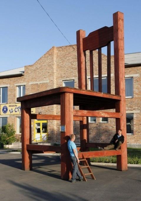Памятник стулу в Абакане