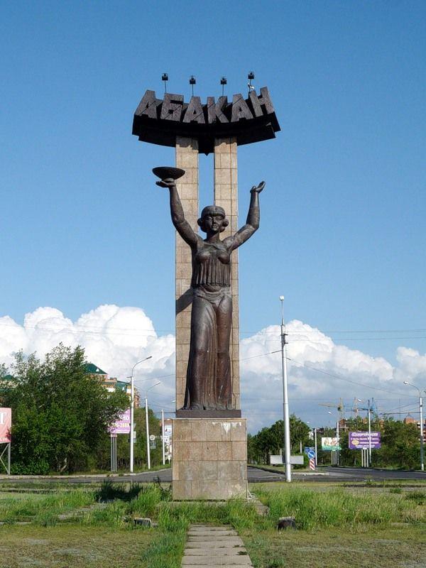 Символ Абакана — стела «Лора» на въезде в город