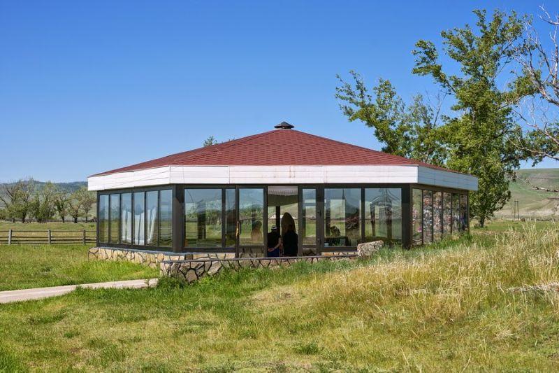 Улуг Хуртуях Тас - стеклянная юрта вокруг главного экспоната